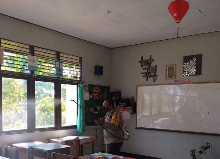 Photo of SMPN 4 Singkawang Lakukan Penyemprotan Disinfektan Ruang Sekolah