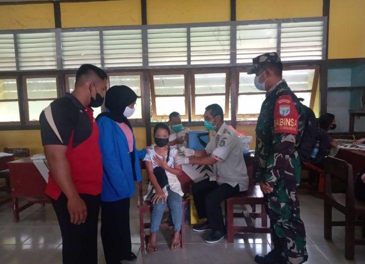 Photo of Babinsa Desa Lingga Pantau Vaksinasi di Wilayah Binaan